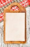 Разделочная доска кухни и постаретая бумага Стоковое фото RF