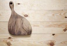 Разделочная доска на деревянной поверхности стоковые фотографии rf