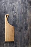 Разделочная доска на деревянной поверхности стоковые фото