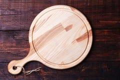 Разделочная доска на деревянном столе Стоковое Фото