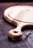 Разделочная доска на деревянном столе Стоковое Изображение