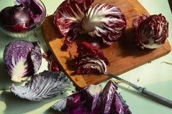 Разделочная доска, нож, красный radicchio, красная капуста Стоковое Изображение