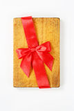 Разделочная доска с красными лентой и смычком Стоковая Фотография