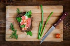 Разделочная доска томата сандвича salmon Стоковое фото RF
