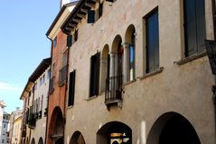Раздел улицы с старым дворцом в Oderzo в провинции Тревизо в венето (Италия) Стоковые Фотографии RF