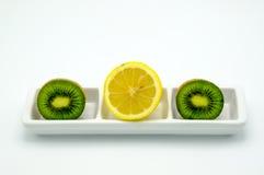 Разделы изолированных плодоовощей кивиа и лимона Стоковое Изображение
