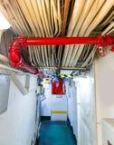 Разделы с трубой и проводами на авианосце стоковая фотография rf