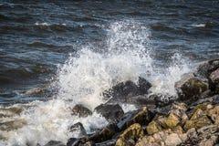 Разделять волну на каменном пляже стоковые изображения rf