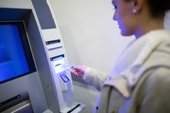 Разделять деньги от ATM стоковые фотографии rf