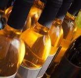 разливает белое вино по бутылкам Стоковое Изображение