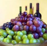 разливает вино по бутылкам виноградин Стоковая Фотография