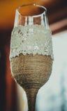 разливает декоративное стекло по бутылкам стоковые изображения rf