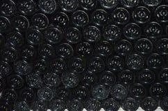 разливает рядки по бутылкам шампанского стоковые изображения rf