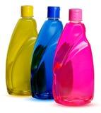 разливает химикат по бутылкам Стоковые Фото