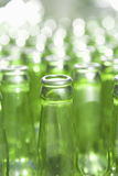 разливает центральное стекло по бутылкам фокуса dof отмелое Стоковые Изображения