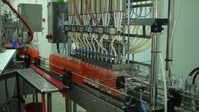 Разливать по бутылкам лимонада в пластичных бутылках Индустрия транспортера бутылки лимонада акции видеоматериалы
