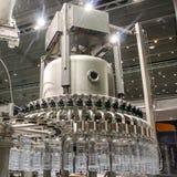 Разливая по бутылкам вода на заводе Стоковая Фотография RF