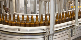 Разливая по бутылкам оборудование стоковое фото rf