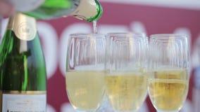 Разливая по бутылкам шампанские акции видеоматериалы