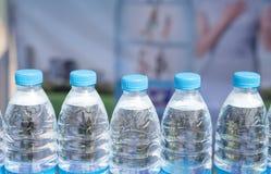 разлитая по бутылкам изолированная белизна воды стоковое фото rf