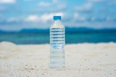 разлитая по бутылкам изолированная белизна воды Стоковое Фото