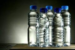 разлитая по бутылкам питьевая вода стоковое изображение rf
