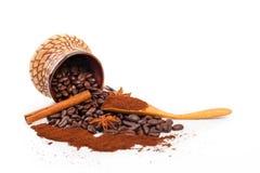 Разлитые зерно и земной кофе Стоковое Изображение