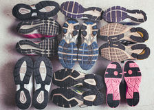 Различная подошва ботинка на серой предпосылке. Стоковые Изображения