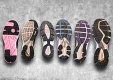 Различная подошва ботинка на серой предпосылке. Стоковые Изображения RF