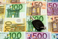Различное евро представляет счет 500 200 100 50 банкнот евро лежа на животики Стоковая Фотография RF
