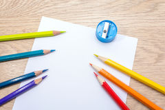Различное покрашенное фото карандашей с космосом для текста 7 карандашей цветов радуги лежат на таблице Copyspace задняя школа к Стоковое Фото
