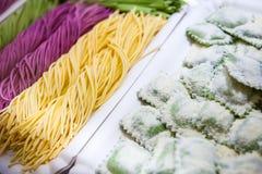 Различное смешивание свежих итальянских домодельных макаронных изделий стоковое фото