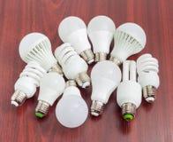 Различные лампы СИД и компактные люминесцентные лампы на деревянном прибое Стоковая Фотография RF