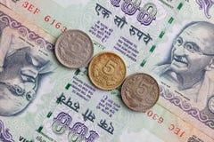 Различные банкноты и монетки индийских денег Стоковые Фото