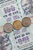 Различные банкноты и монетки индийских денег Стоковое Фото