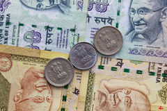 Различные банкноты и монетки индийских денег Стоковые Изображения