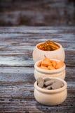 Различные био пилюльки в деревянных контейнерах Стоковые Изображения