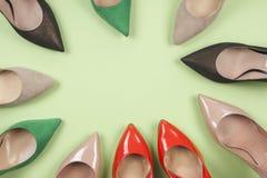 Различные ботинки на светлой предпосылке Скопируйте космос для текста Стоковое Изображение