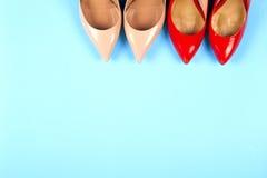 Различные ботинки на светлой предпосылке Скопируйте космос для текста Стоковая Фотография RF