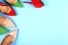 Различные ботинки на светлой предпосылке Скопируйте космос для текста Стоковое Фото