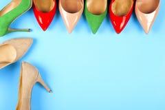 Различные ботинки на светлой предпосылке Скопируйте космос для текста Стоковая Фотография