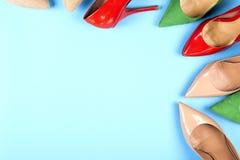 Различные ботинки на светлой предпосылке Скопируйте космос для текста Стоковые Изображения