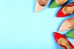 Различные ботинки на светлой предпосылке Скопируйте космос для текста Стоковое фото RF