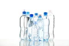 Различные бутылки с водой изолированные на белизне Стоковое Изображение