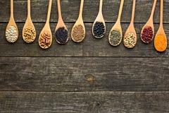 Различные высушенные бобы в деревянных ложках стоковое изображение