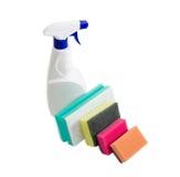 Различные губки чистки и бутылка брызга агента чистки Стоковые Фото