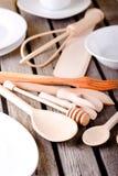 Различные деревянные ложки среди белых плит и шаров Стоковое Изображение RF