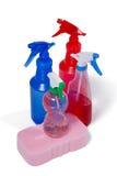 Различные детержентные бутылка брызга и пусковая площадка губки на белой предпосылке Стоковая Фотография