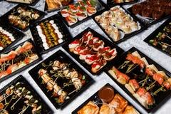 Различные закуски на таблице шведского стола Стоковое фото RF