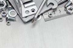 Различные инструменты и аппаратуры для реновации дома на задней части металла Стоковая Фотография